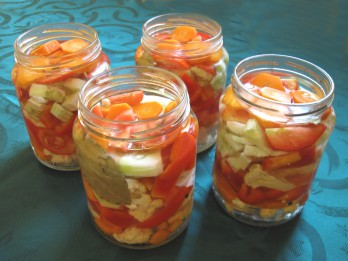 Jautrie salāti. 2 krāsainas receptes ziemas krājumiem