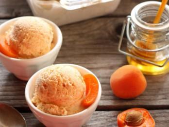 Mājās gatavots svaigu persiku saldējums