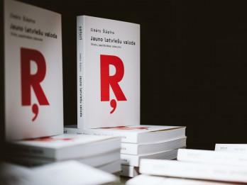 """Biedrība """"Ascendum"""" mazākumtautību skolām dāvina Ilmāra Šlāpina grāmatu """"Jauno latviešu valoda"""""""