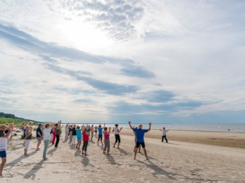 Jūrmala aicina uz bezmaksas jogas, ciguna, nūjošanas un ielu vingrošanas nodarbībām pludmalē
