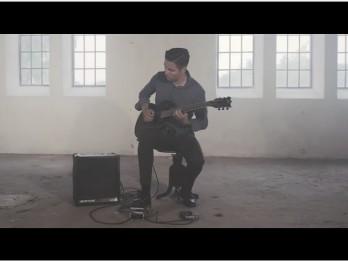 """Video: Mārcis Auziņš apstādina laiku ar izjustu """"Hallelujah"""" kaverversiju ģitārai"""
