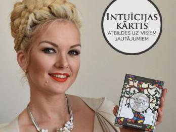 """Henna Guru Inese Dāvidsone izsmalcinātā greznībā prezentē """"Intuīcijas kārtis""""."""