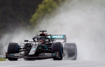Hamiltons dominē lietainās kvalifikācijas izskaņā un pārspēj Verstapenu