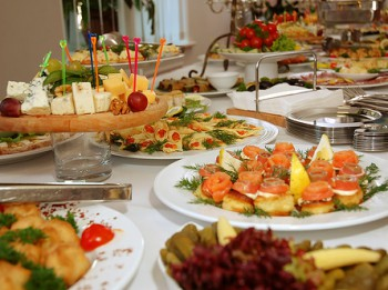 Bagātīgi klāti svētku galdi –  kā nenodarīt pāri savam gremošanas traktam?