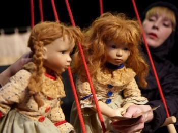Video: Leļļu teātrī Kestnera divas lotiņas blēņosies arī krieviski. Izrādes Dvīņu nedarbi fragmenti