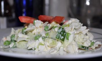 Svaigo dārzeņu salāti ar krabju nūjiņām