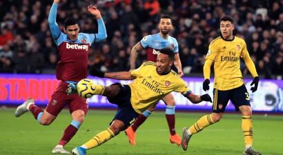 """""""Arsenal"""" iesit trīs vārtu deviņās minūtēs, pārtraucot deviņu neuzvarēto spēļu sēriju"""