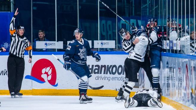 KHL kauslis jau pirmajā spēlē smagi savaino pretinieku un saņem 15 maču sodu