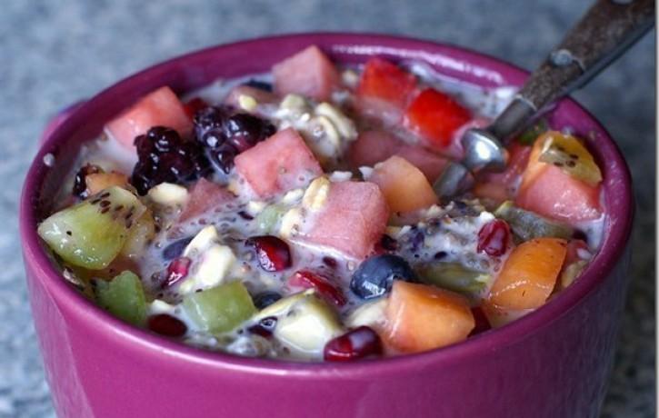 Veselīgie augļu salāti ar auzu pārslām