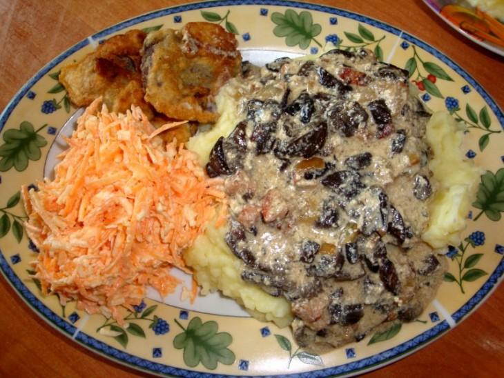Beku mērce ar kartupeļu biezeni un burkānu - ābolu salātiem
