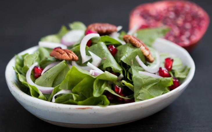 Spinātu un granātābolu salāti