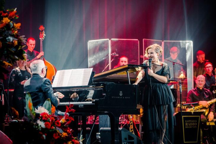 """Ar stāvovācijām aizvadīts Raimonda Paula, Kristīnes Prauliņas un Latvijas Radio Bigbenda koncerts """"Kontrasti"""""""
