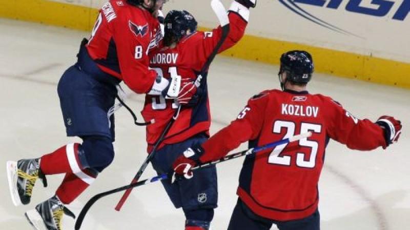 Ovečkins un Kozlovs apsveic Fjodorovu  Foto: AP