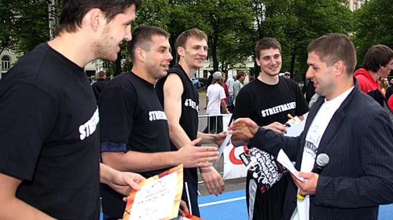 """Krievijas komandu sveic """"Streetbasket"""" galvenais organizators Raimonds Elbakjans Foto: Renārs Buivids"""