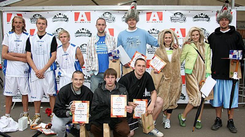 """""""Streetbasket"""" laureāti VIP grupā: """"Streetslam.lv"""", """"Uzvelckreklu.lv"""", """"Dabīgais Stelpes minerālūdens"""" Foto: Renārs Buivids"""