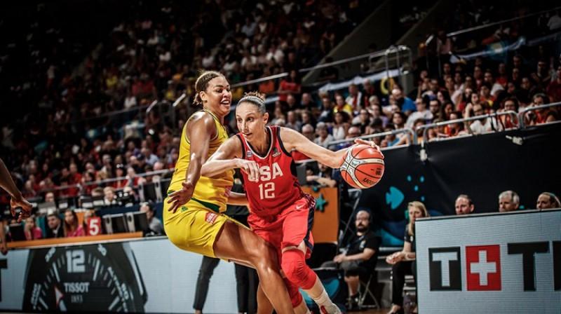 Daiana Taurasi un Elizabete Kembedža. Foto: FIBA