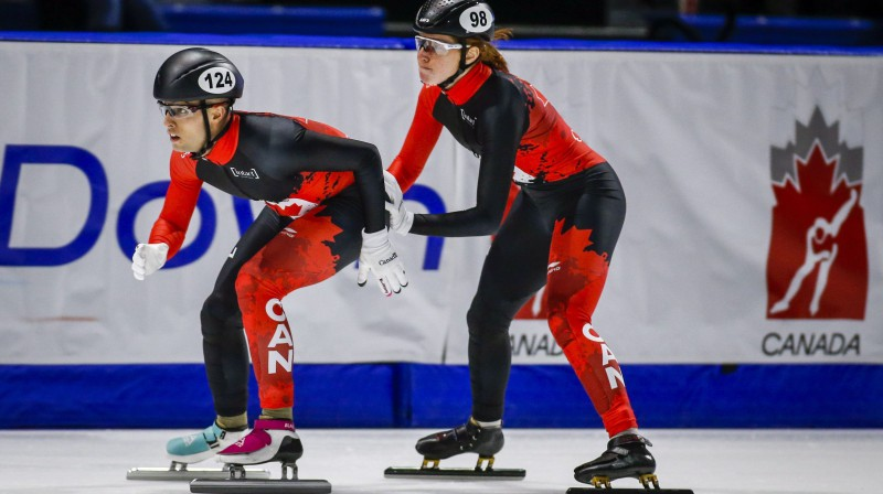 Kanādieši Sedriks Blaiss un Kamilla de Serra-Reinvila mainās Pasaules kausa posma jauktās stafetes sacensībās. Foto: AP/Scanpix