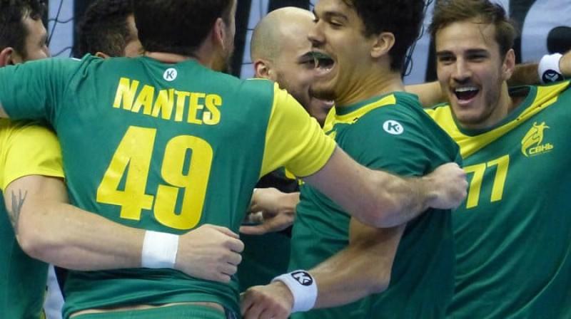 Brazīlijas izlase līksmo pēc uzvaras pār Krieviju - panākums nākamajā mačā pār Koreju ļaus pirmo reizi tikt starp pasaules labākajām 12 komandām.