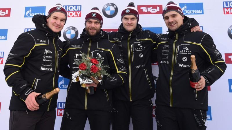 Arvis Vilkaste (no kreisās), Jānis Strenga, Matīss Miknis un Oskars Ķibermanis pēc uzvaras Pasaules kausa posmā. Foto: EPA/Scanpix