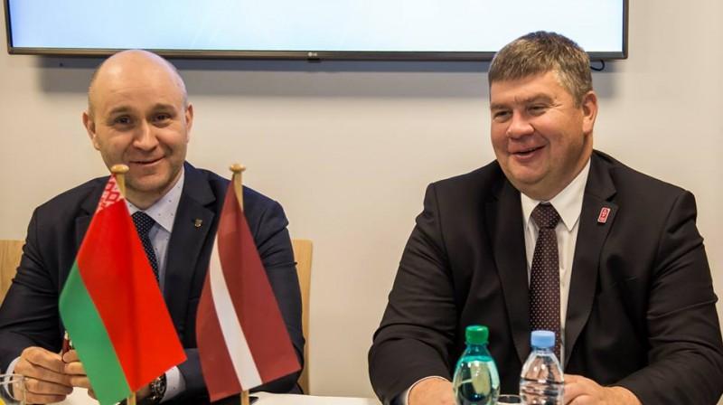 Hokeja federāciju priekšsēdētājs Genādijs Savilovs un Aigars Kalvītis. Foto: Guntis Lazdāns, LHF