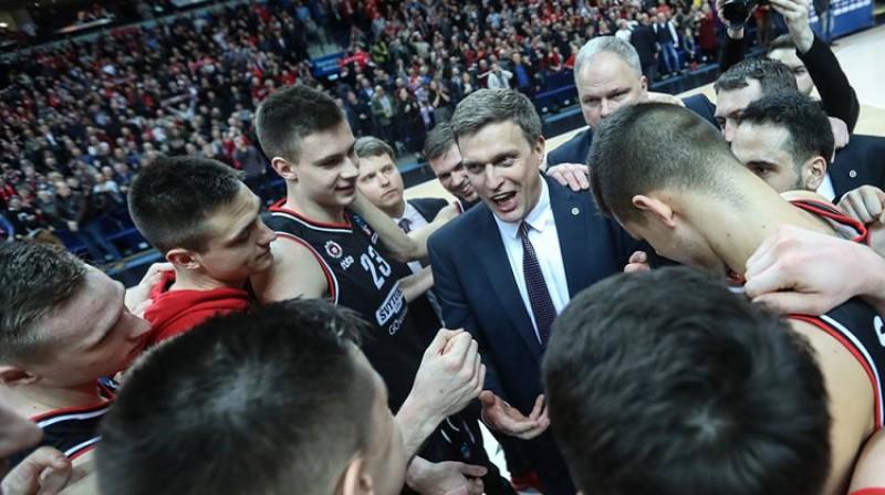 """Daiņus Adomaitis, Uvis Helmanis un Viļņas """"Rytas"""" basketbolisti. Foto: Rytas"""