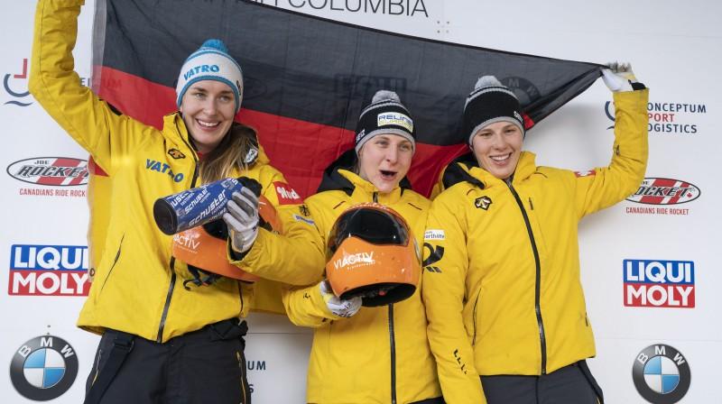 Vācijas skeletonistes Žaklīna Lelinga (no kreisās), Tīna Hermana un Sofija Grībele pēc goda pjedestāla aizņemšanas pasaules čempionātā. Foto: EPA/Scanpix