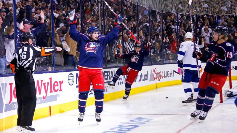 "Kolumbusas ""Blue Jackets"" hokejisti svin Meta Dušeina vārtu guvumu. Foto: Kirk Irwin/AFP/Scanpix"