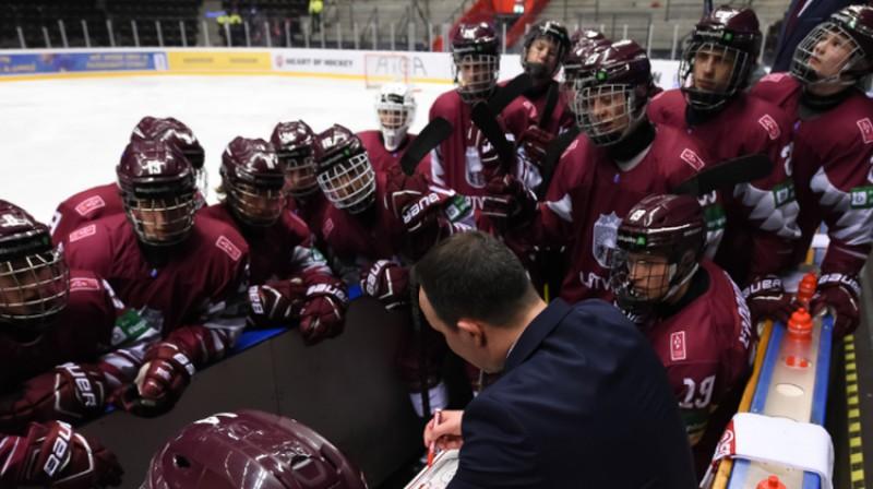 Oļegs Sorokins un Latvijas U18 izlase. Foto: IIHF.com