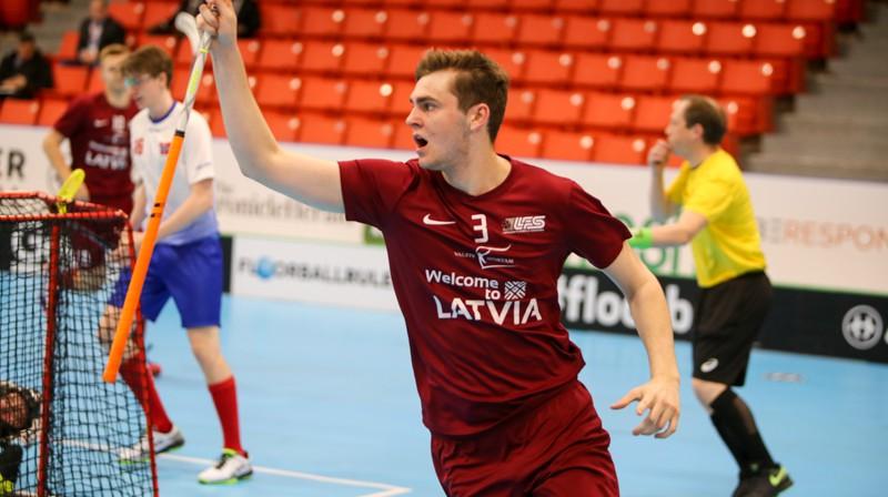 Arnijs Kuratņiks guvis mūsu izlases pirmos vārtus šajā pasaules čempionātā. Foto: Ritvars Raits, floorball.lv