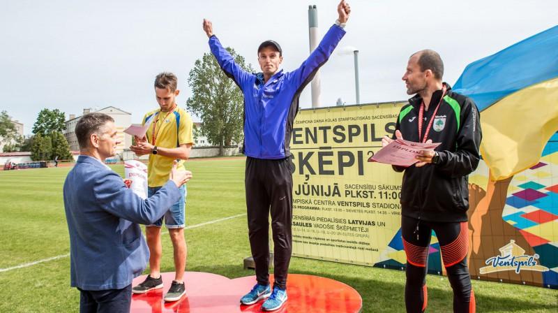 Ruslans Smolonskis (no kreisās), Arnis Rumbenieks un Normunds Ivzāns uz Latvijas čempionāta goda pjedestāla. Foto no A. Rumbenieka Facebook profila