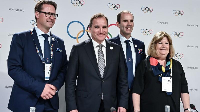 Zviedrijas Olimpiskās komitejas prezidents Matss Arjess, premjerministrs Stēfans Levēns, kandidatūras vadītājs Rikards Brisiuss un SOK biedre Gunilla Lindberja. Foto: AFP/Scanpix