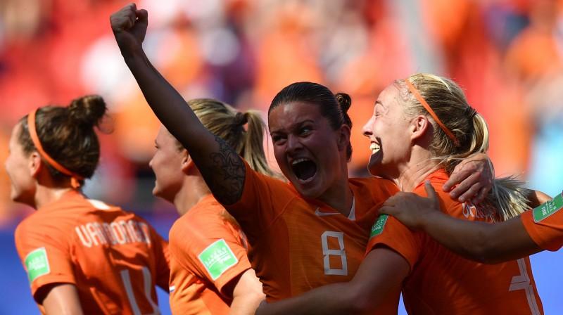 Stefānija van der Gragta (centrā) saņem apsveikumus pēc vārtu gūšanas Pasaules kausa spēlē. Foto: AFP/Scanpix