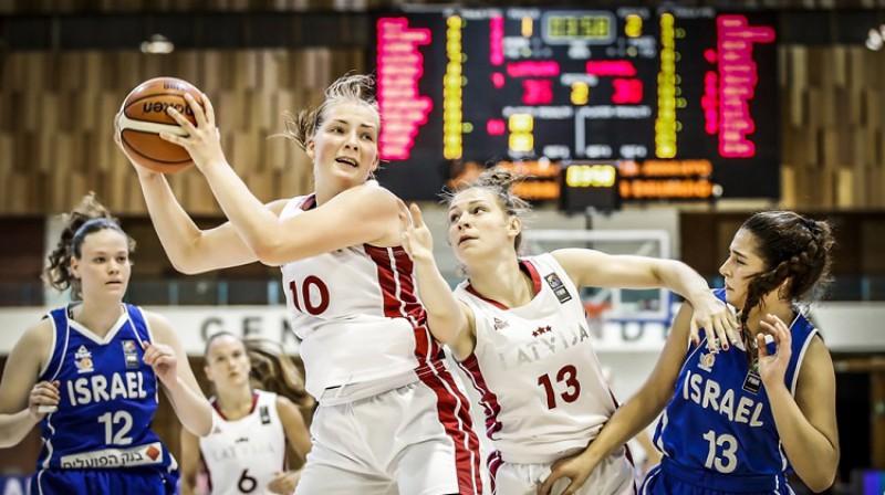 Laura Meldere un Anita Miķelsone spēlē pret Izraēlu. Foto: FIBA