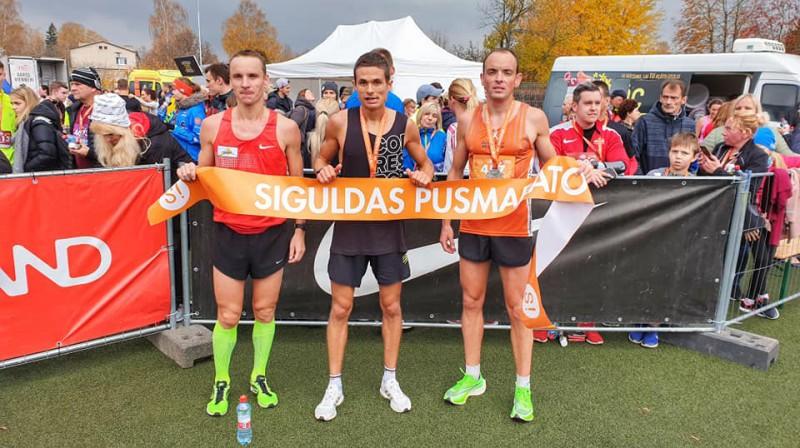 Siguldas pusmaratona godalgoto vietu ieguvēji. Foto: Mareks Galinovskis