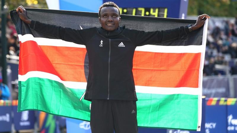 Džoselina Džepkosegi pēc uzvaras Ņujorkas maratonā. Foto: AFP/Scanpix
