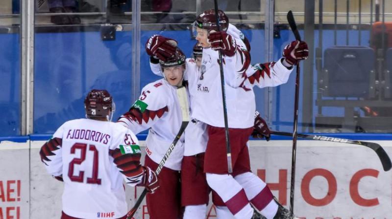 Latvijas U20 izlases hokejisti svin vārtu guvumu. Foto: Hockey.by