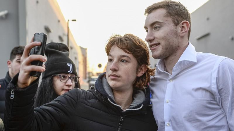 Dejans Koluševskis ar līdzjutējiem. Foto: AP/Scanpix