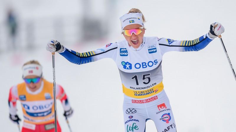 Frīda Karlsone finišā apsteidz Terēsi Jūhaugu. Foto: AFP/Scanpix.