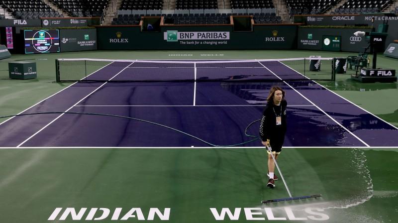 Tukšā Indianvelsas tenisa stadiona uzkopšana. Foto: Scanpix/AFP