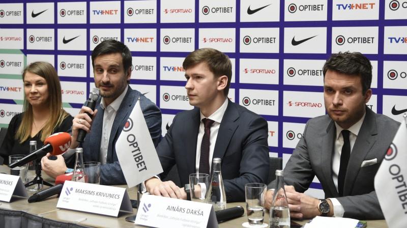 Vidū LFF ģenerālsekretārs Edgars Pukinsks un Latvijas Futbola virslīgas valdes priekšsēdētājs Maksims Krivuņecs. Foto: Romāns Kokšarovs/f64