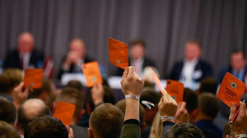 Balsošana Latvijas Futbola federācijas kongresā. Foto: LFF