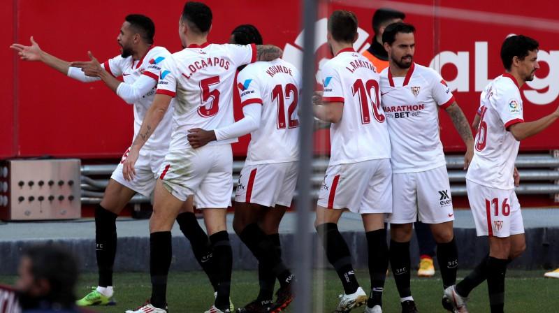 """Sevilla"" futbolisti, atzīmējot En Nesiri ""hat-trick"" foto: EPA/Scanpix.ee"