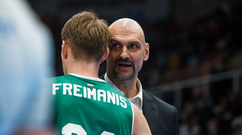 Rolands Freimanis un treneris Žans Tabaks. Foto: VTB līga