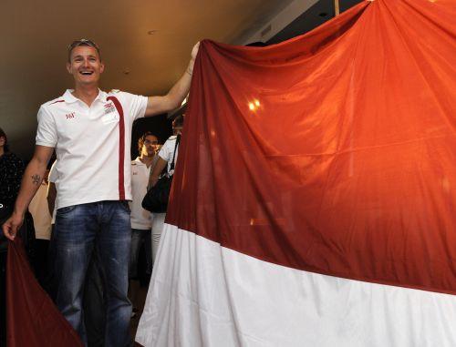 LOK glabāšanā saņem Londonas olimpiādē nesto Latvijas karogu