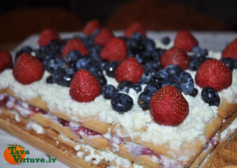 Ātrā Selgas cepumu kūka ar vasaras ogām