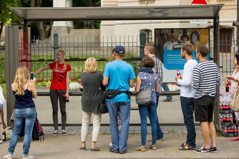 Coca-Cola atklāj divas interaktīvas autobusu pieturas Rīgas centrā