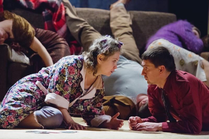 """Daugavpils teātrī pirmizrādi piedzīvojusi šokējoša komēdija """"Latgaliešu rulete"""""""