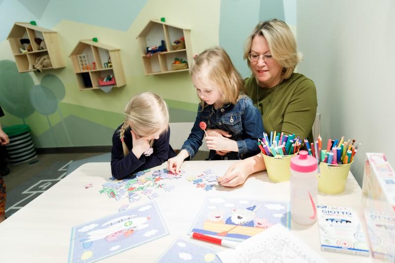LMT atbalsta strādājošos vecākus un atklāj Bērnu un vecāku telpu