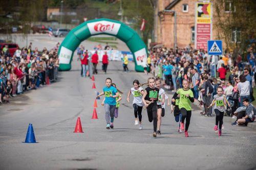"""Smiltenē aizvadīts Latvijā lielākais stafešu skrējiens - """"top ielu stafetes"""""""