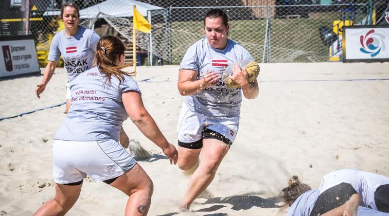 IZM aicina LOK vērtēt sieviešu pludmales regbija izlases gozēšanos politiskas partijas kreklos